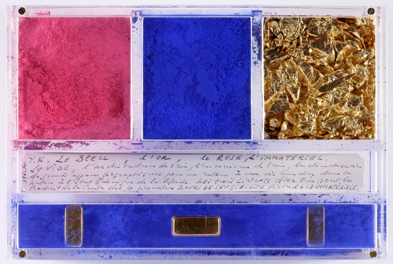 Ex-voto dedicated to Santa Rita of Cascia by Yves Klein, 1961 Dry pigment, gold leaves, gold bars and manuscript in a plexiglas box, 14 x 21 x 3.2 cm © Yves Klein / ADAGP, Paris, 2014